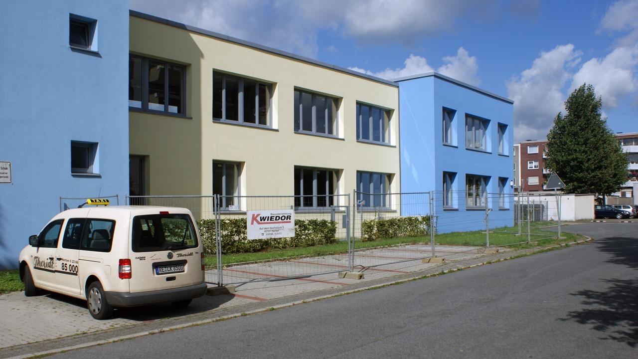 Fassadenansicht der sanierten Grundschule in Herten