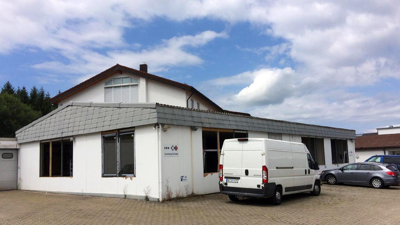 Die Werkshalle in Karlsbad vor der Sanierung