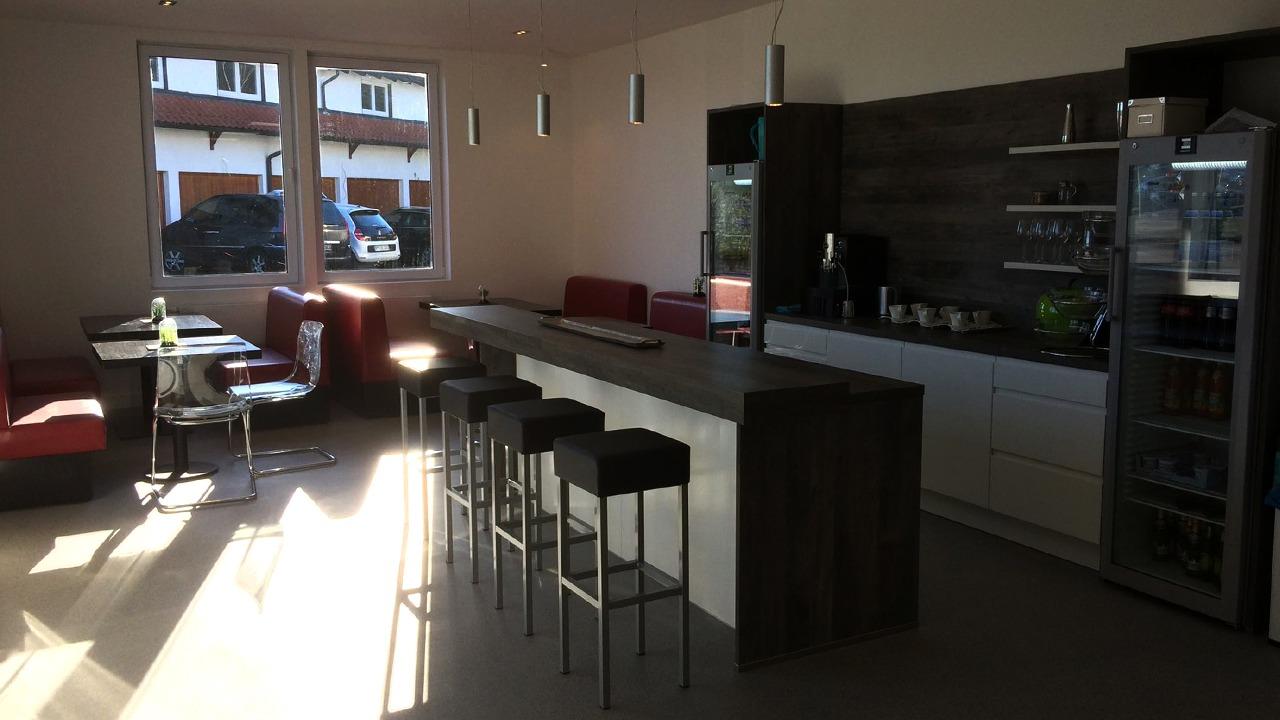 Die Bar im Loungebereich der sanierten und umgebauten Werkshalle der Firma Bischoff & Bischoff in Karlsbad
