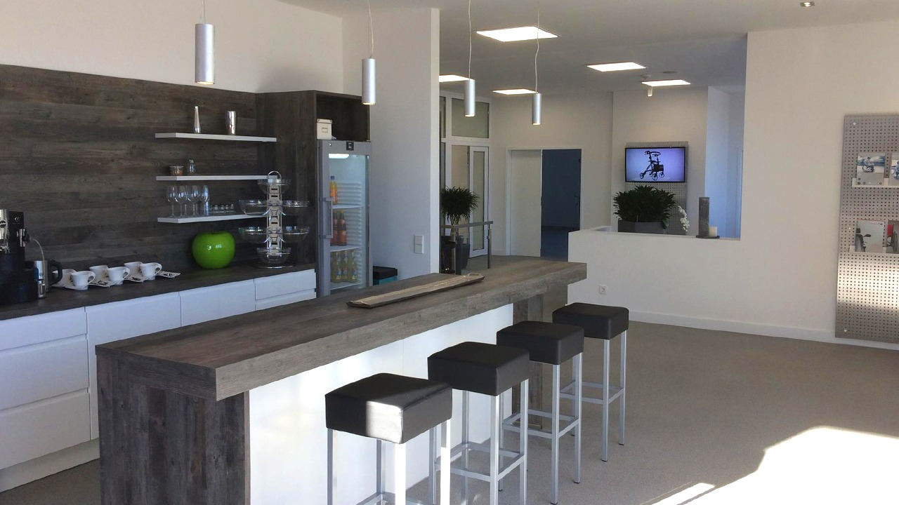 Die Bar im Loungebereich mit Empfang im Hintergrund in der sanierten und umgebauten Werkshalle der Firma Bischoff & Bischoff in Karlsbad