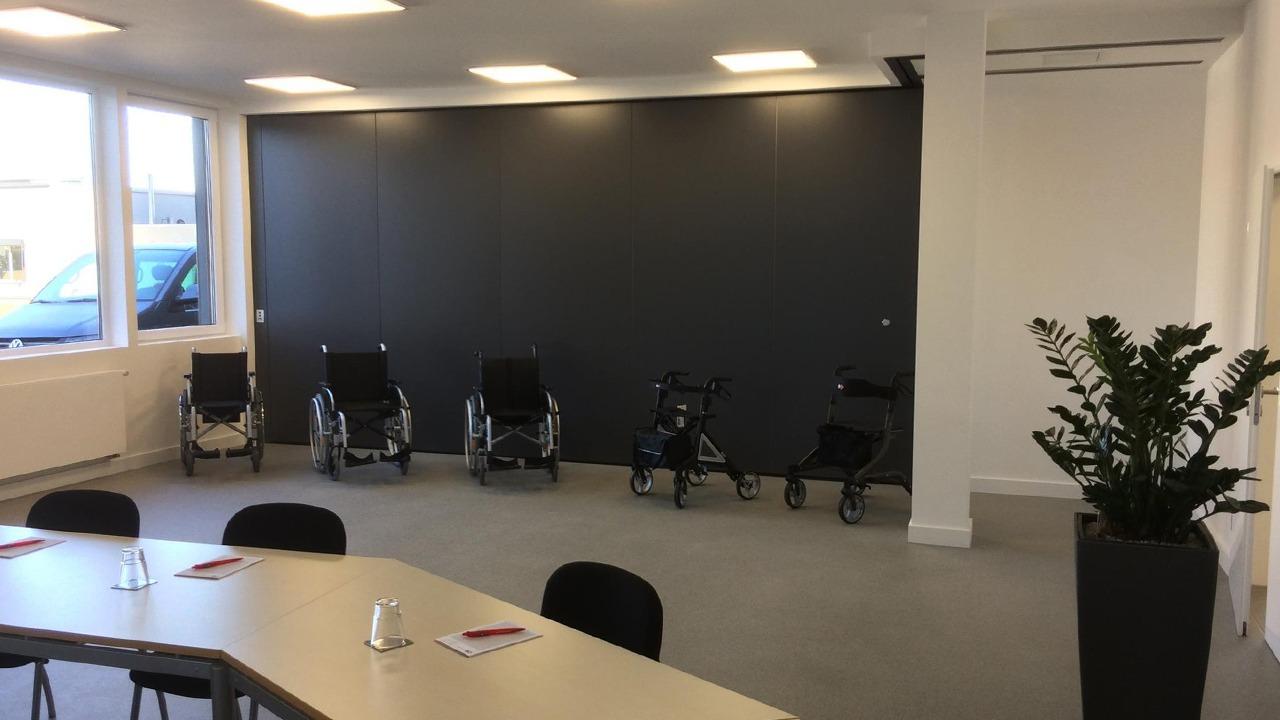 Der große Konferenzraum mit Blick auf die mobile Trennwand in der sanierten und umgebauten Werkshalle der Firma Bischoff & Bischoff in Karlsbad