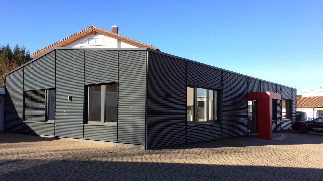 Blick auf die sanierte und umgebaute Werkshalle für die Firma Bischoff & Bischoff in Karlsbad