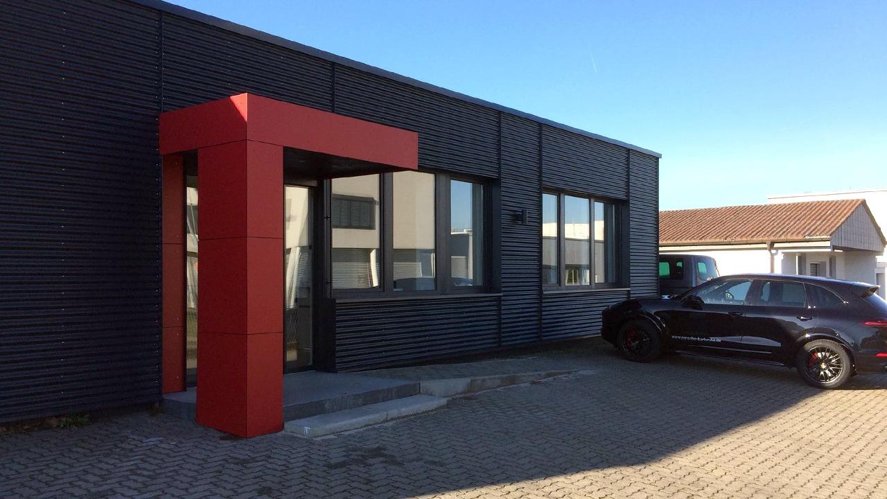 Blick auf die Eingangssituation der sanierten und umgebauten Werkshalle der Firma Bischoff & Bischoff in Karlsbad
