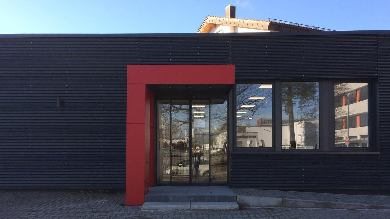 Frontalblick auf die Eingangssituation der sanierten und umgebauten Werkshalle der Firma Bischoff & Bischoff in Karlsbad