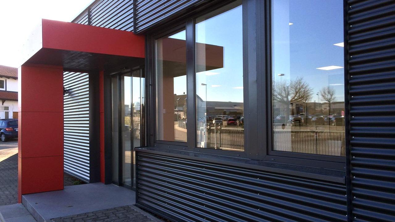 Seitenblick auf die Eingangssituation der sanierten und umgebauten Werkshalle der Firma Bischoff & Bischoff in Karlsbad