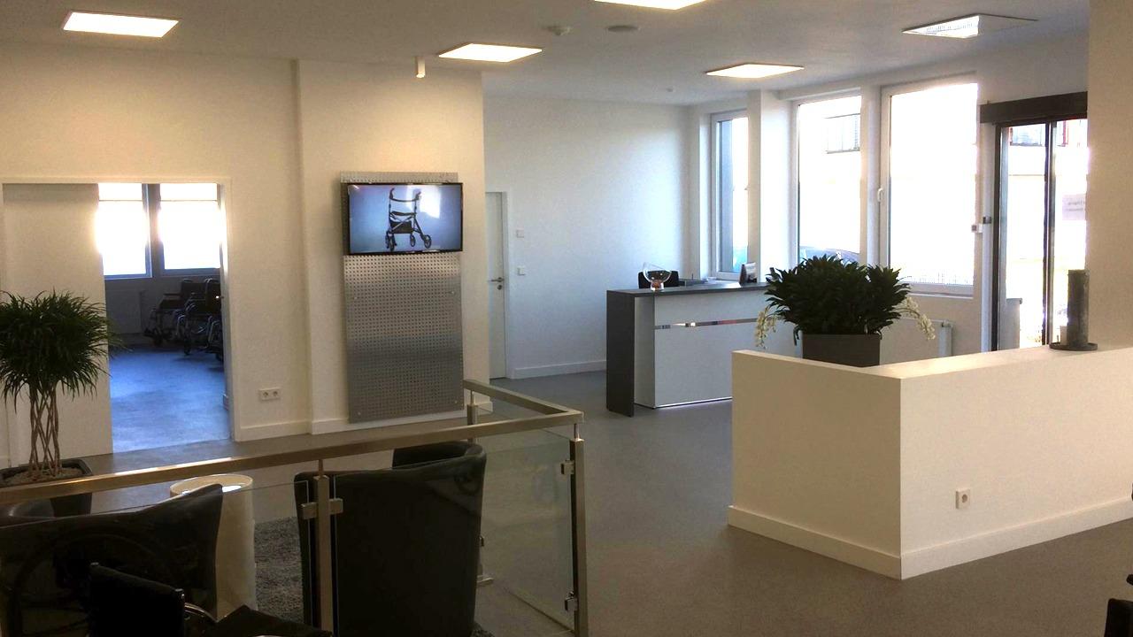 Blick vom Showroom zum Empfang der sanierten und umgebauten Werkshalle der Firma Bischoff & Bischoff in Karlsbad
