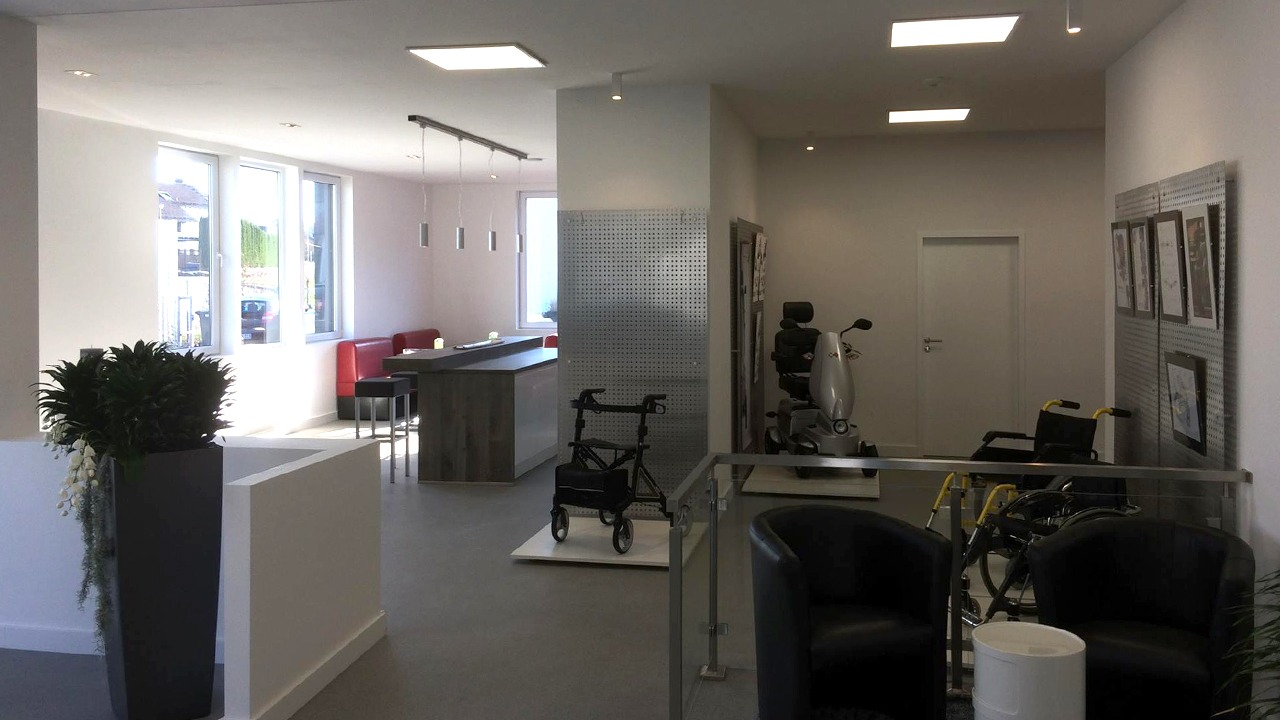 Blick in den Loungebereich der sanierten und umgebauten Werkshalle der Firma Bischoff & Bischoff in Karlsbad
