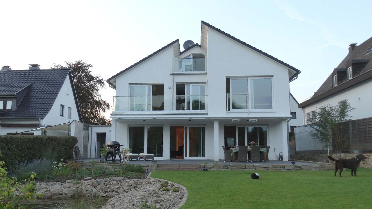 Blick vom Garten auf die Fassade des Einfamilienhauses in Dortmund-Lücklemberg