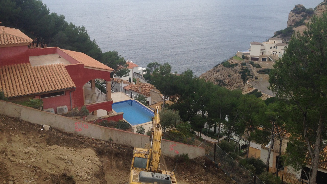 Blick das Grundstück mit Meeresblick während der Erdarbeiten in der Cala Moragues, Puerto Andratx, Mallorca